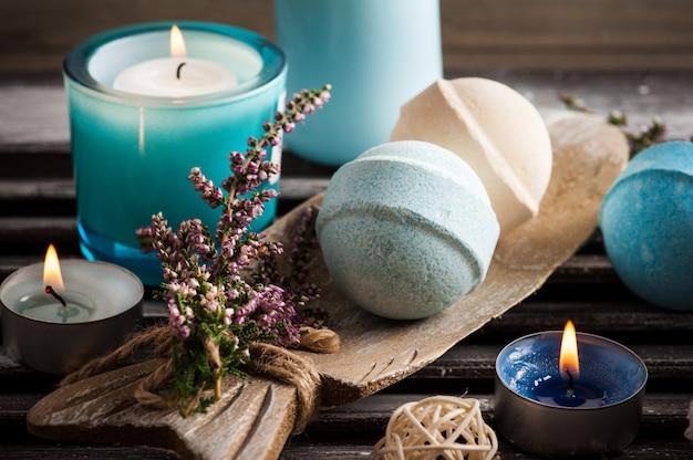 Composition de spa avec des bombes de bain vanille bleue, fleurs de bruyère