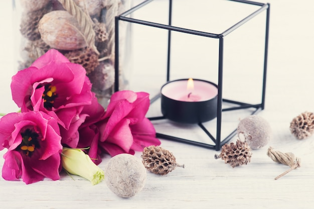 Composition de spa avec bougie, fleurs, décor