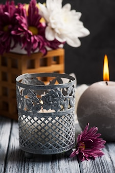 Composition de spa avec des bougies allumées