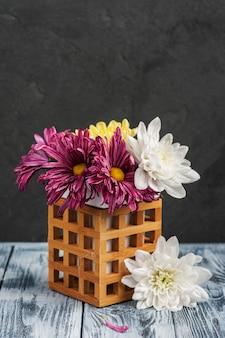 Composition de spa avec chrysanthème allumé