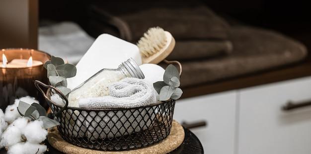 Composition de spa confortable avec accessoires de bain dans un espace de copie de panier.