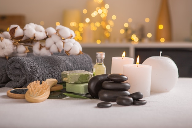 Composition de spa avec décoration de noël. traitement spa de vacances. concept zen et relax.