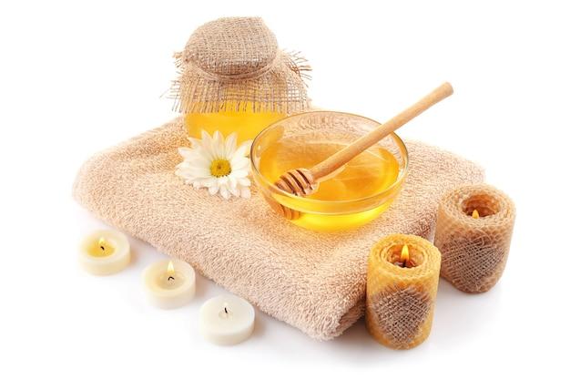 Composition de spa avec du miel sur fond blanc
