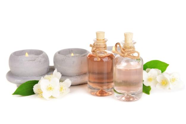 Composition de spa avec des fleurs de jasmin isolé sur une surface blanche