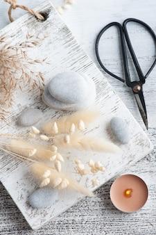 Composition de spa avec des fleurs sèches d'herbe de pampa sur fond rustique dans un style monochrome. bougies parfumées