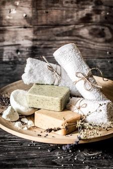 Composition de spa avec fond en bois de savon,