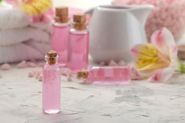 Composition de spa avec des huiles aromatiques cosmétiques gros plan sur béton gris et blanc