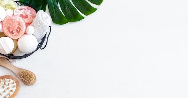 Composition de spa pour les soins du corps sur un mur léger avec une feuille de monstera. concept de beauté et de soins du corps.