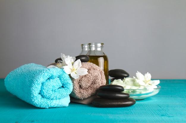 Composition de spa avec serviettes et orchidées