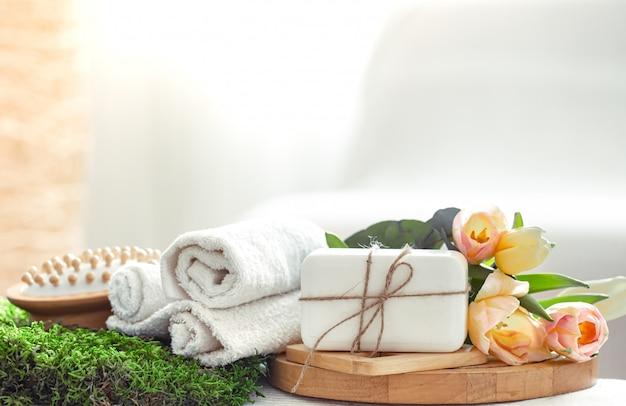 Composition de spring spa sur fond clair.