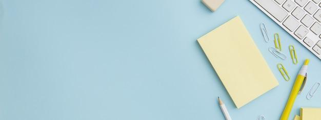 Composition stationnaire sur fond bleu avec espace copie