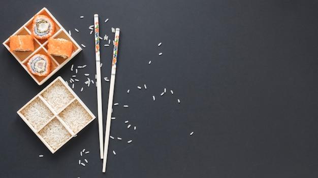 Composition de sushi laïque plat avec fond
