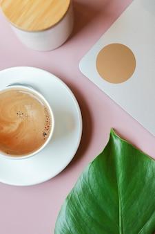 Composition avec tasse de café, ordinateur portable, livre et sucre