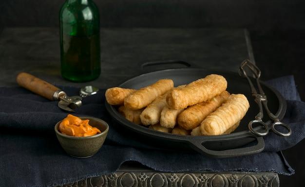 Composition avec des tequenos traditionnels sur une assiette