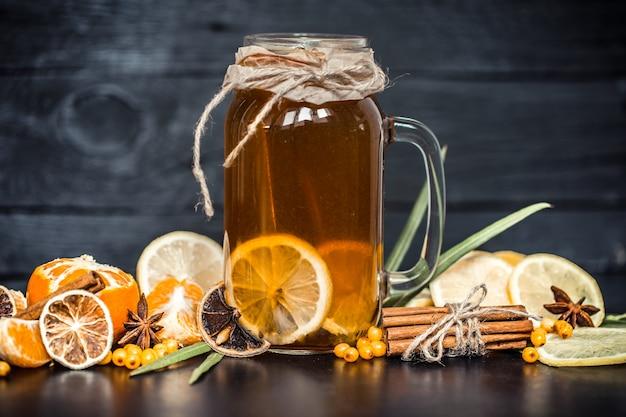 Composition de thé au citron dans un verre transparent avec une poignée, le concept de boissons chaudes et de santé