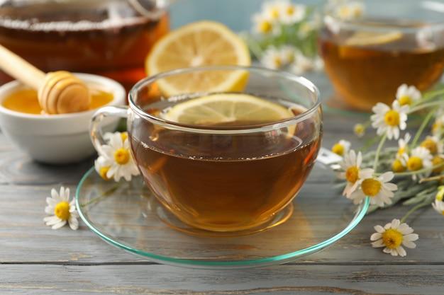 Composition avec thé à la camomille sur bois gris