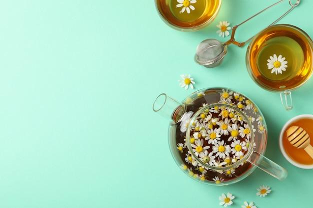 Composition avec thé à la camomille sur fond de menthe, vue de dessus