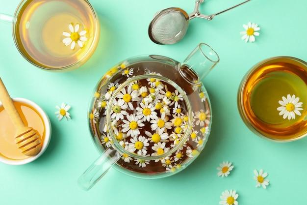 Composition avec thé à la camomille à la menthe, vue de dessus