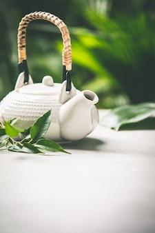 Composition de thé sur fond de feuilles tropicales, gros plan