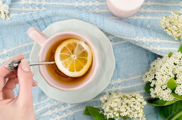 Composition de thé à plat avec fleurs