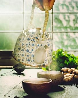 Composition de thé sur la table en bois, gros plan