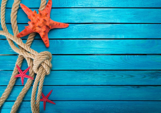 Composition de vacances à la mer sur fond de planches bleues