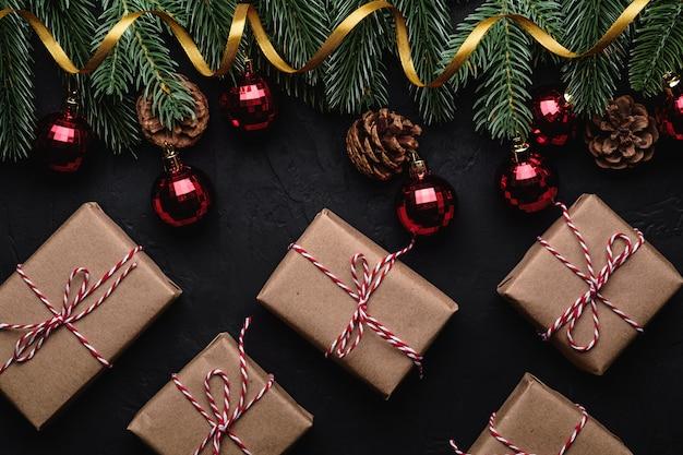 Composition de vacances de noël. coffrets cadeaux, ruban doré, ornement rouge et décorations de boules.