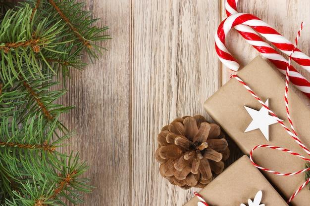 Composition de vacances de noël avec décoration d'arbre de noël et espace de copie