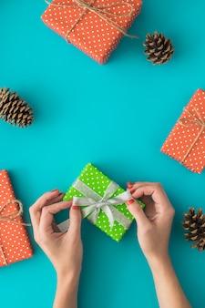 Composition de vacances de noël et du nouvel an avec des coffrets cadeaux, pomme de pin, cadeaux.