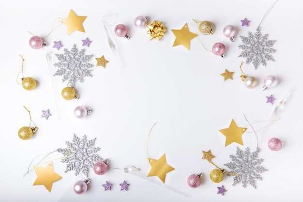 Composition de vacances de noël. motif argenté créatif festif, boule de noël décor rose avec ruban, flocons de neige sur fond noir. mise à plat, vue de dessus