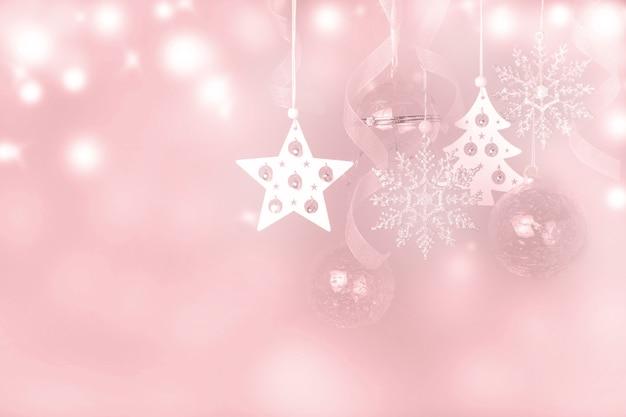 Composition de vacances de noël. motif festif de rose argenté blanc créatif, boule de vacances de décoration de noël avec ruban, flocons de neige, arbre de noël sur fond blanc avec bokeh. mise à plat, vue de dessus
