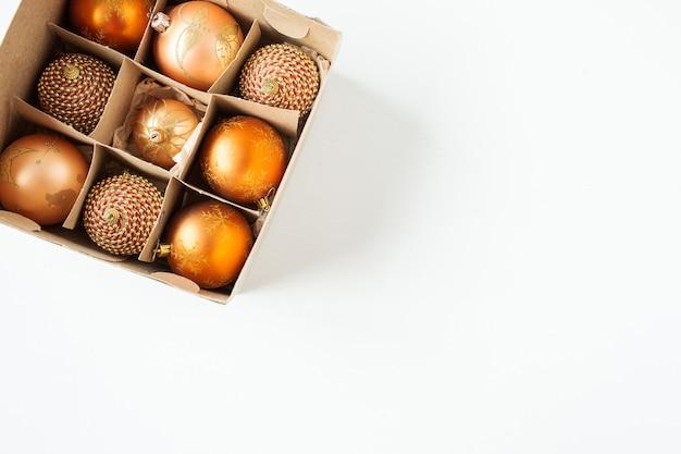 Composition de vacances de noël nouvel an. boules de boules de noël sur blanc