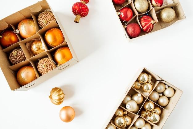 Composition de vacances de noël nouvel an. boules de boules de noël colorées sur blanc