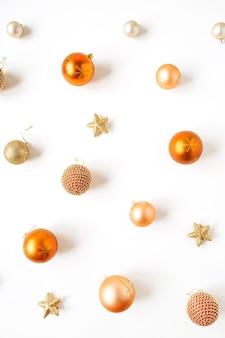 Composition de vacances de noël nouvel an. boules de boules de noël colorées et étoiles sur blanc