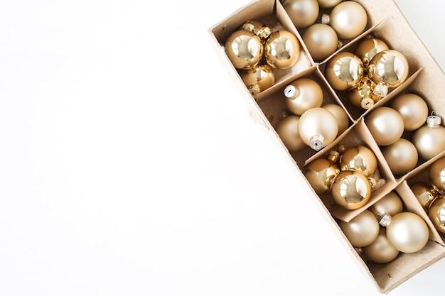 Composition de vacances de noël nouvel an. boules de boules de noël dorées sur blanc