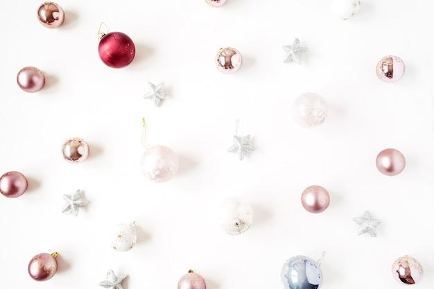 Composition de vacances de noël nouvel an. boules de boules de noël neutres et étoiles sur blanc