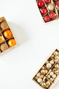 Composition de vacances de noël nouvel an. cadre de boules de boules de noël colorées sur blanc