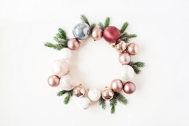 Composition de vacances de noël nouvel an. couronne de cadre avec maquette de l'espace de copie de boules de noël et de branches de sapin sur blanc