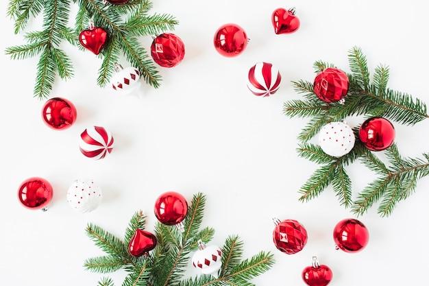 Composition de vacances de noël nouvel an. maquette de cadre avec espace copie vierge. branches d'aiguilles de sapin, boules de boules de noël, décorations sur blanc