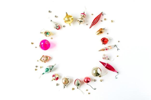 Composition de vacances de noël nouvel an. maquette de cadre avec espace copie vierge faite de décorations de boule de noël sur blanc