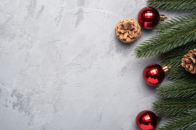 Composition de vacances de noël. ornement rouge et décorations babioles