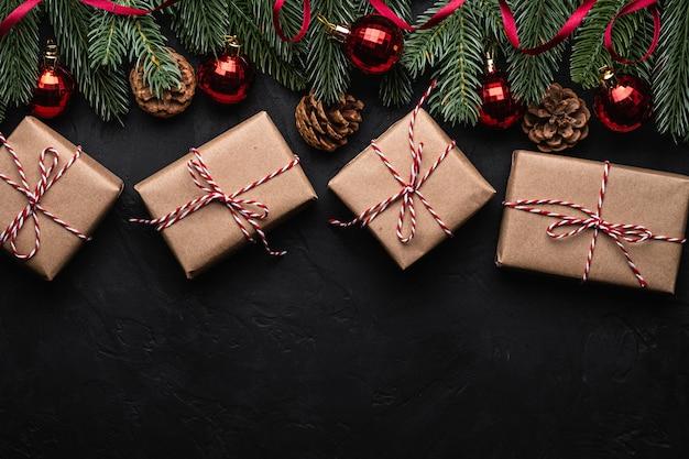 Composition de vacances de noël avec ruban rouge, décorations d'ornements et de babioles et coffrets cadeaux écologiques