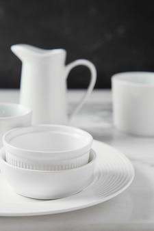 Composition de vaisselle élégante sur la table