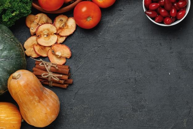 Composition végétale avec citrouilles, tomates et pommes sèches