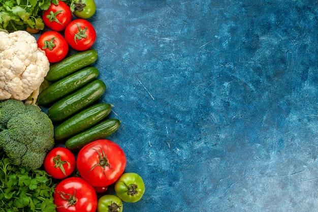 Composition végétale vue de dessus avec fruits frais sur table bleue