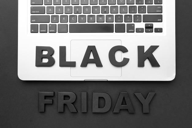Composition de vendredi noir à plat sur fond noir