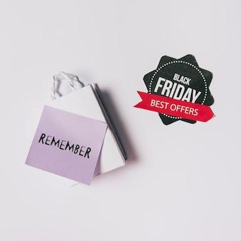 Composition de vendredi noir avec le poster sur le sac