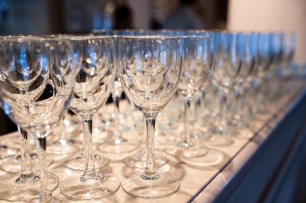 Composition de verres vides pour champagne