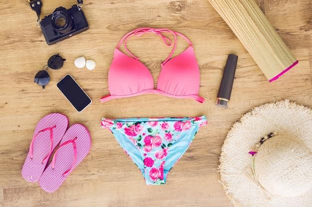 Composition de vêtements de plage avec des gadgets