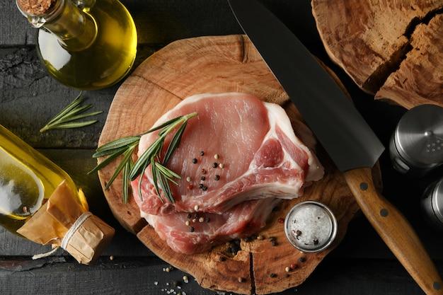 Composition avec viande crue et ingrédients. concept de steak de cuisson